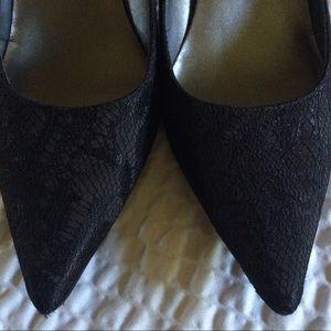Bandolino pointy black lace pumps 7